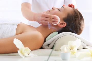 Pielęgnacja skóry twarzy, kobieta w salonie kosmetycznym