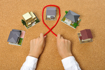 赤い糸と住宅模型