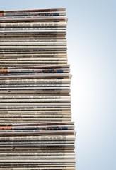 Riesiger Stapel Zeitungen