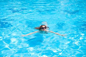 девушки плавают в бассейне фото