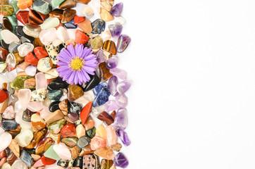 Amethyst poliert mit Blume und bunten Steinen