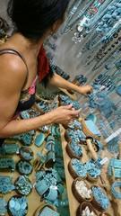 Frau und blauer Schmuck in Geschäft