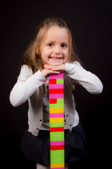 une jeune fille enfant joue avec des biques de construction en jouet