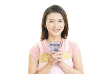 お水を持つ笑顔の女性