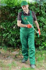 Gärtner entfernt Unkraut im Garten