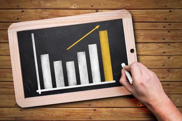 Diagramm mit steigender Kurve auf einer Kreidetafel