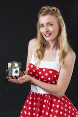 Frau zeigt Fotoapparat