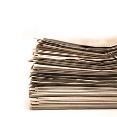 Alte Zeitungen auf weissem Hintergrund