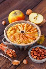 Apfelkuchen mit Zimt vor dem Backen