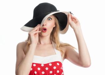 Erstaunte Frau mit Hut