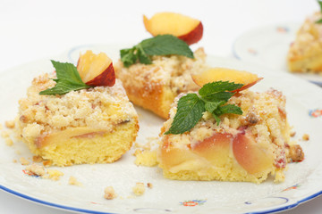 Delicious peach cake with crumble