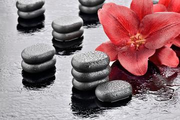 Kamienie bazaltowe z czerwonymi liliami