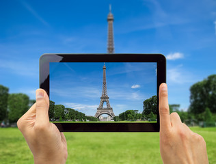 Take a photo of Eiffel Tower with my tablet