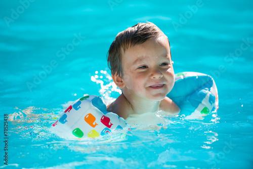 Enfant avec des brassards la piscine stockfotos und for Brassards piscine