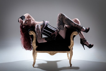 Junge hübsche Frau in Burlesque Wäsche