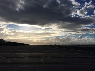 Start- und Landebahn Gibraltar im Abendrot