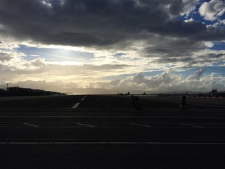 Abendrot über Start- und Landebahn Gibraltar