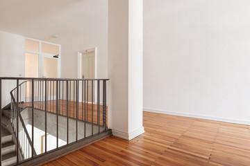 offenes treppenhaus in saniertem altbau