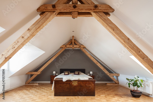 schlafzimmer im offenen dachgeschoss stockfotos und. Black Bedroom Furniture Sets. Home Design Ideas