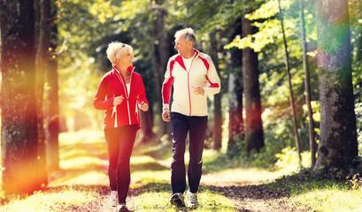 Deurstickers Jogging Senioren beim Jogging im Wald