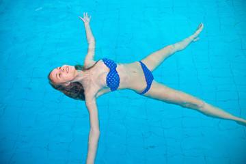 Картинки по запросу фото девушки плавают в бассейн