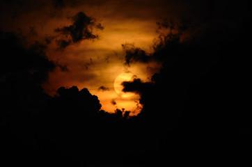 schwarze wolken bei sonnenuntergang