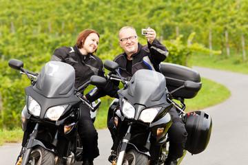 Zwei Motorradfahrer bei einem Selfie