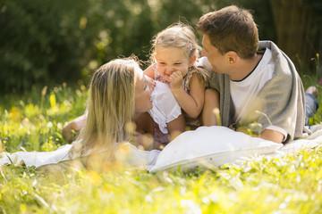 Junge Familie entspannen sich im Garten