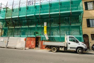 Cantiere edilizio palazzo, ponteggi sicurezza, autocarro