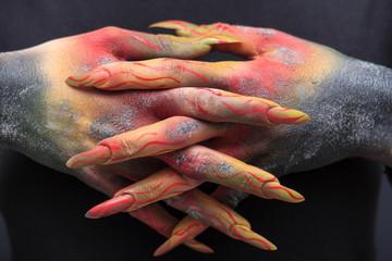 verbrannte Hände mit Stiletto-Naildesign