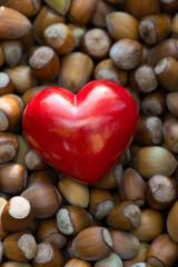Herz mit Haselnüssen