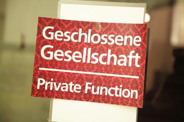 geschlossene Gesellschaft, private function