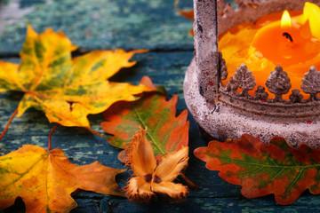 Herbststimmung mit buntem Laub und Laterne
