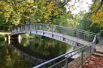 Rundbogenbrücke im Park herbstlich