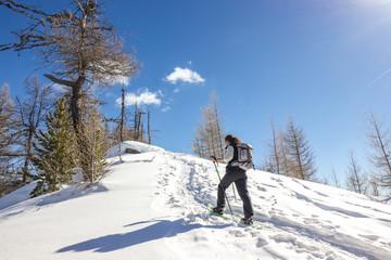 Ragazza ciaspola in montagna