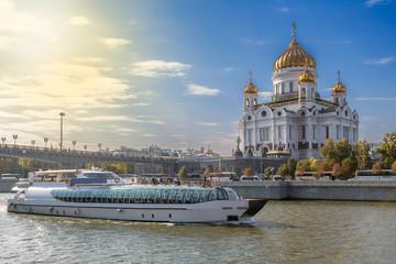 Экскурсионный теплоход на Москве Реке на фоне Храма