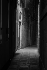 Photo sur Aluminium Ruelle etroite Old town in the night (Venice, Italy)