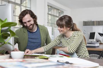 Zwei Kollegen, gemeinsam in einem kreativen Büro