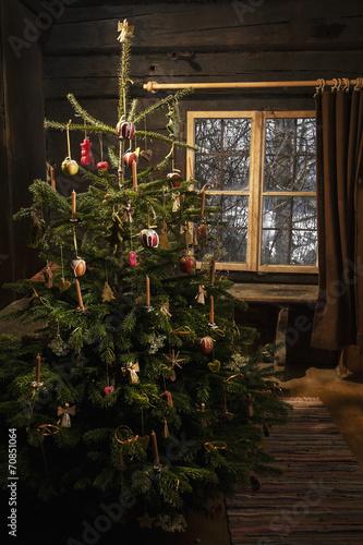 geschm ckter weihnachtsbaum in einem bauernhaus stockfotos und lizenzfreie bilder auf fotolia. Black Bedroom Furniture Sets. Home Design Ideas