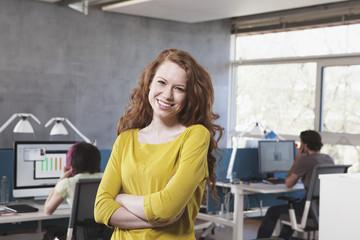 Lächelnde junge Frau Frau im GroßGroßraumbüro