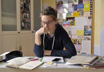 Portrait einer weiblichen Schülerin an ihrem Schreibtisch