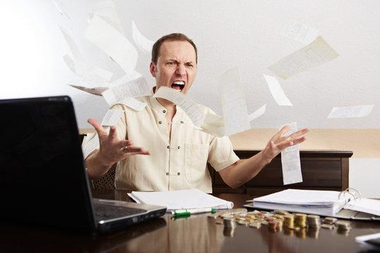Mann bei der Buchführung, wütend