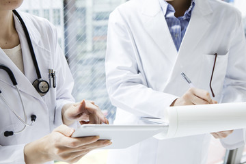Dokter wanita dari dua orang yang menggunakan tablet