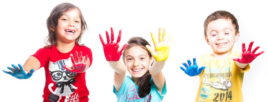 bambini con mani colorate