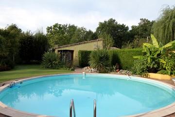 jardin exotique et piscine circulaire
