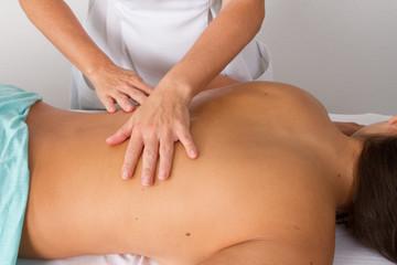 massage de dos d'une femme bronzé et fine