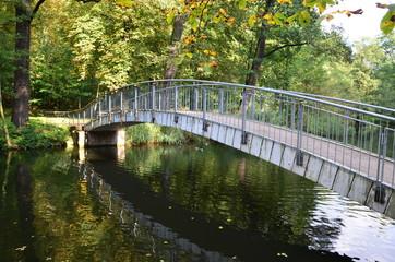 Rundbogenbrücke im herbstlichen Park