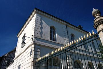 Bâtiment d'administration locale française