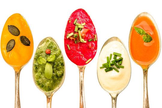 Verschiedene Suppen auf Löffel