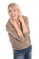 Glückliche ältere blonde Frau isoliert auf Weiß mit Jeans